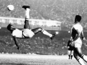 """Imagem do """"Rei"""" Pelé dando um chute """"bicicleta"""", utilizada para nomeá-lo como melhor jogador de todos os tempos"""