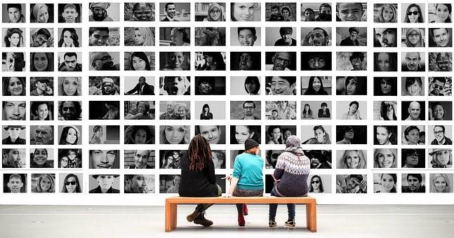 """Figura 1 - Pessoas admirando uma galeria de fotos - para o texto """"A Psique Junguiana, O Afeto de Cada Dia"""""""